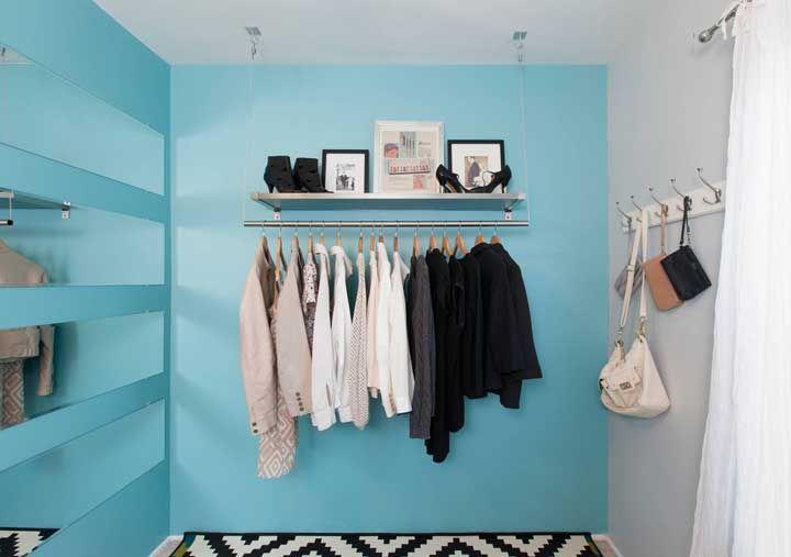 Faixas de espelho garantem um visual diferenciado para esse closet aberto