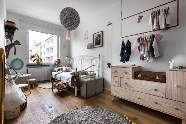 O closet infantil não precisa ser totalmente aberto, você pode mesclar a proposta usando araras e uma cômoda grande fechada