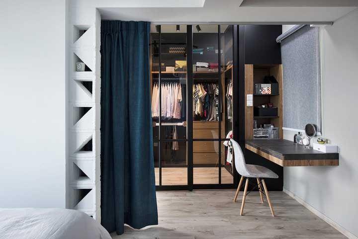 Quando quiser disfarçar o closet no quarto é só puxar a cortina