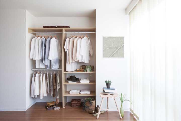 Pequeno, mas funcional, bonito e econômico: é ou não é um sonho de closet aberto?
