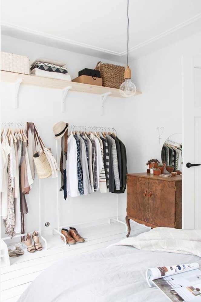 Sem mistério: esse closet aberto aproveitou uma das paredes do quarto para a colocação de prateleiras e araras de chão
