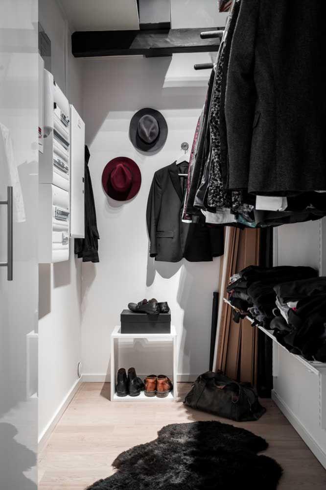 Aposte em alguns ganchos e suportes na parede para organizar os acessórios do closet aberto