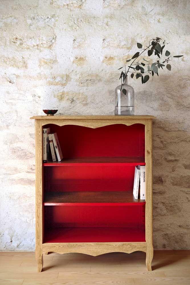 Mini estante rústica com interior em madeira vermelha: uma peça para não passar despercebida