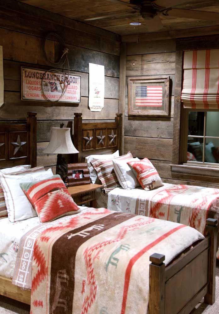 Todo em madeira, esse quarto juvenil lembra as cabanas de filmes americanos