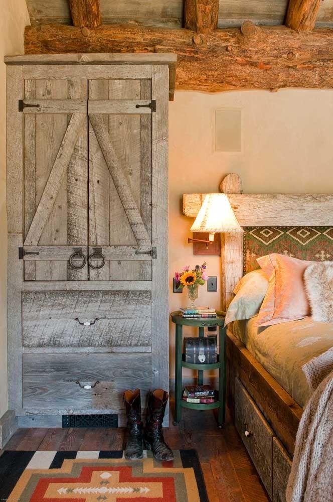 Guarda roupa e cama rústicos compondo o quarto de solteiro