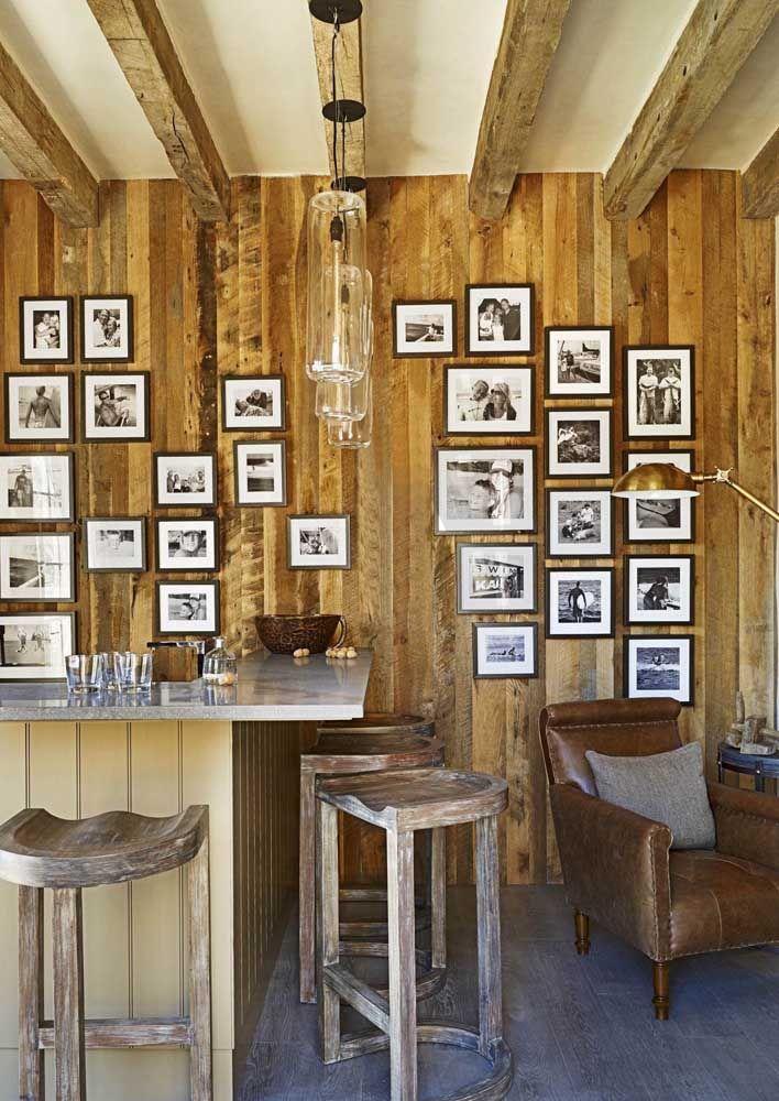 Combine seus móveis rústicos a uma parede revestida com madeira