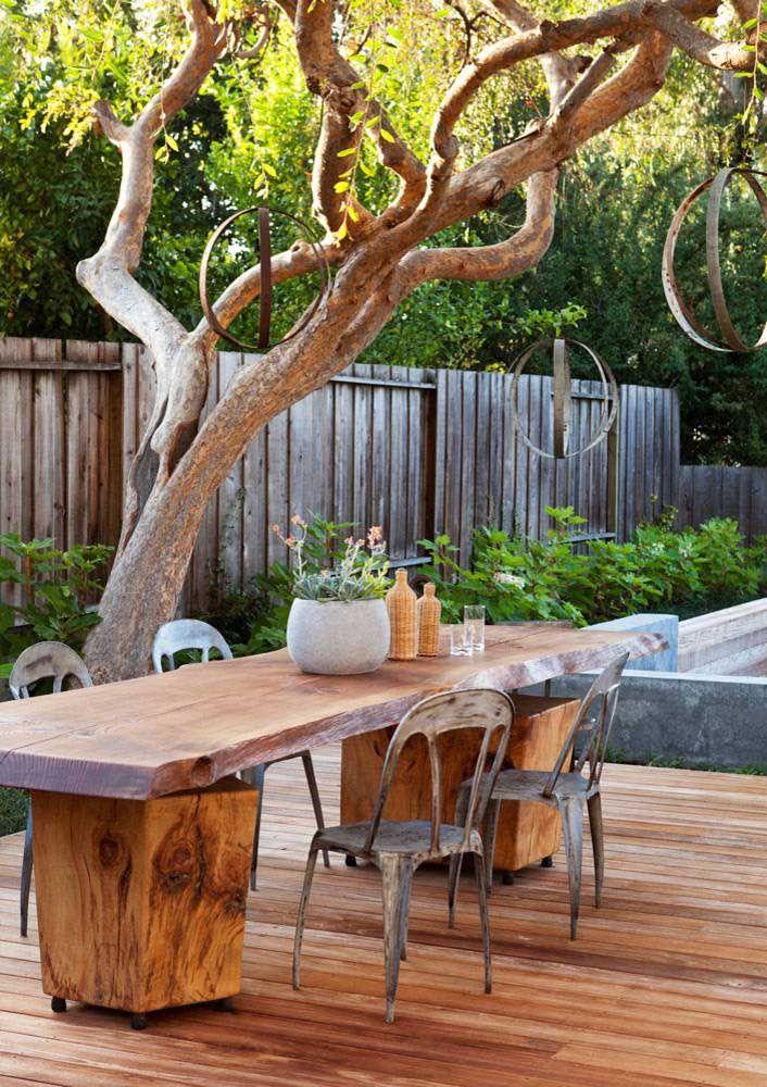 Aqui, são as cadeiras de metal de design moderno que acompanham a mesa de madeira rústica