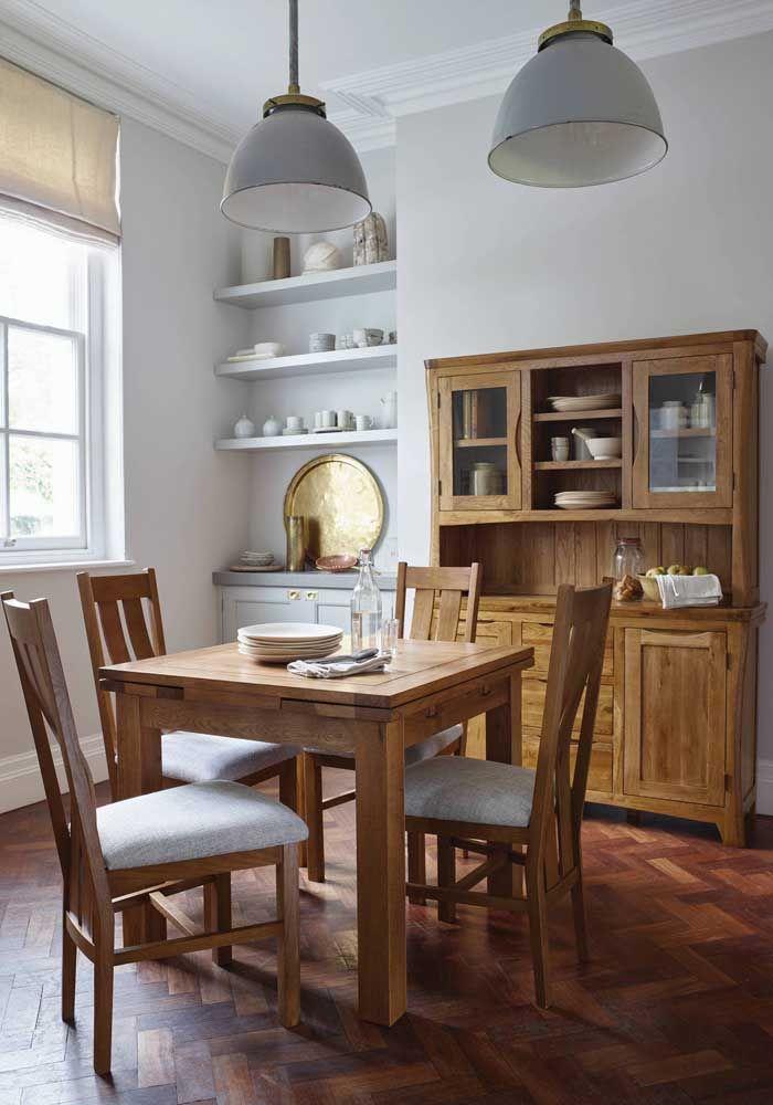 Sala de jantar pequena decorada com móveis rústicos no melhor estilo casa da vovó