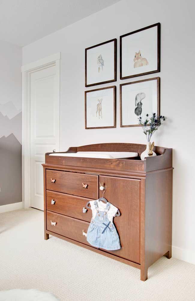 Que graça esse quartinho branco de bebê com cômoda de madeira rústica