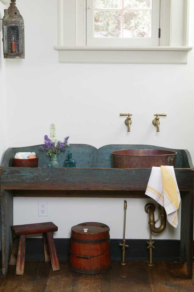 Retrô e rústico: todo o charme de um banheiro com bancada em pátina