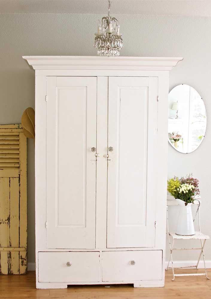 Romântico, o móvel rústico branco reforça como nenhum outro a proposta delicada desse quarto