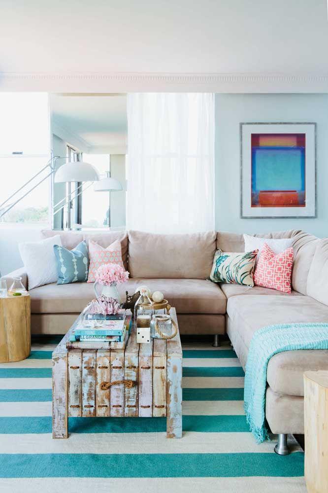 O azul toma conta dessa sala, desde a cor da patiná até o tom do tapete e das almofadas