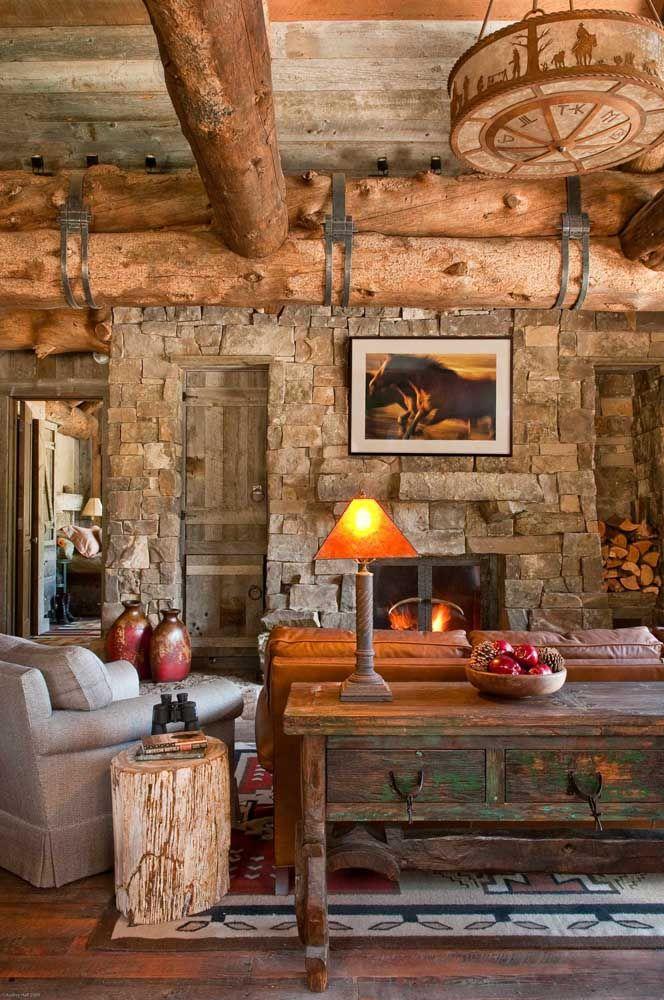 Casa de pedra e madeira não tem jeito né? Ela implora por móveis rústicos
