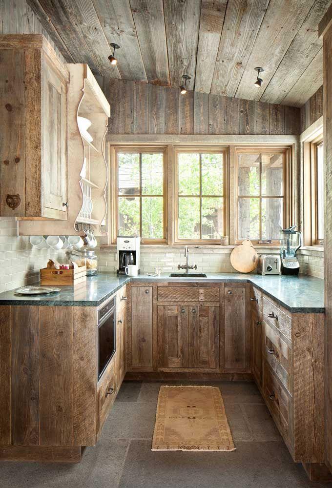 Sempre sonhou com uma cozinha de móveis rústicos? Então essa aqui vai te fazer suspirar