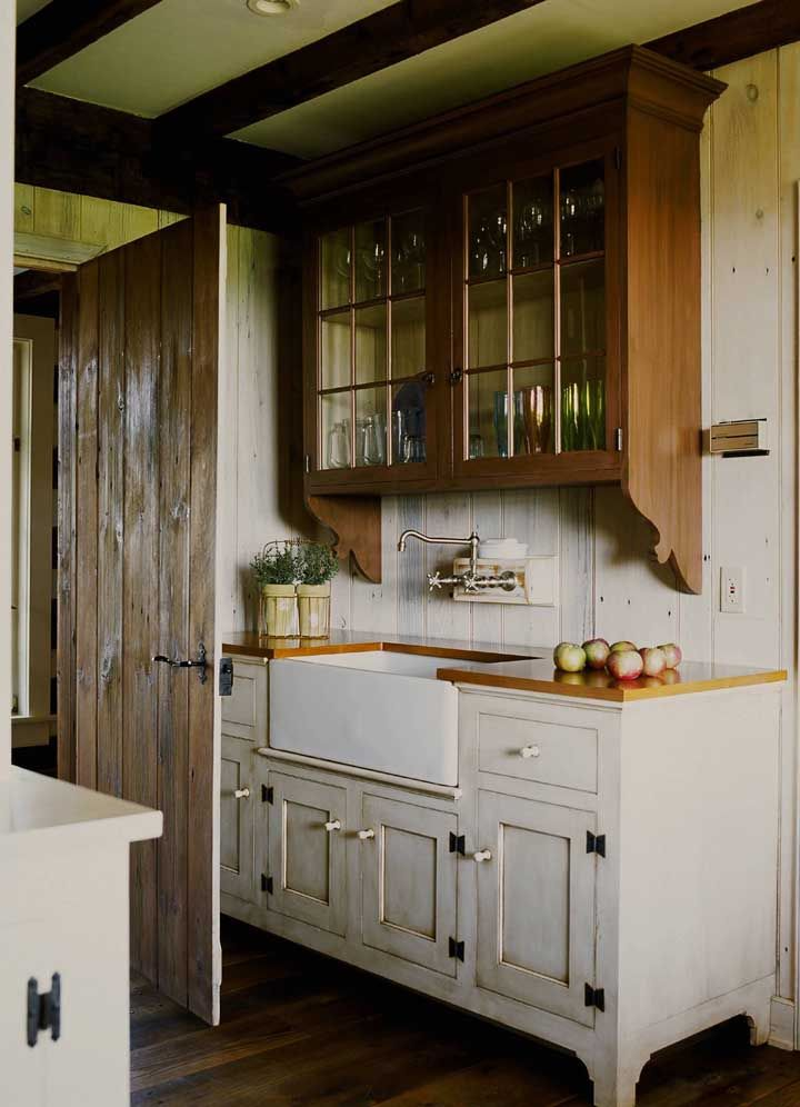 A cristaleira rústica e retrô se encaixou perfeitamente nessa cozinha