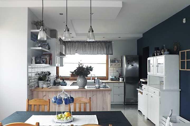 O moderno divide espaço com os móveis rústicos dessa cozinha