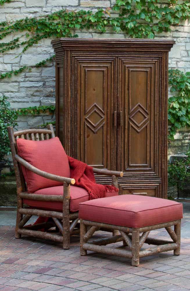 Todo conforto de uma poltrona de madeira para a área externa; o armário logo atrás completa a decor
