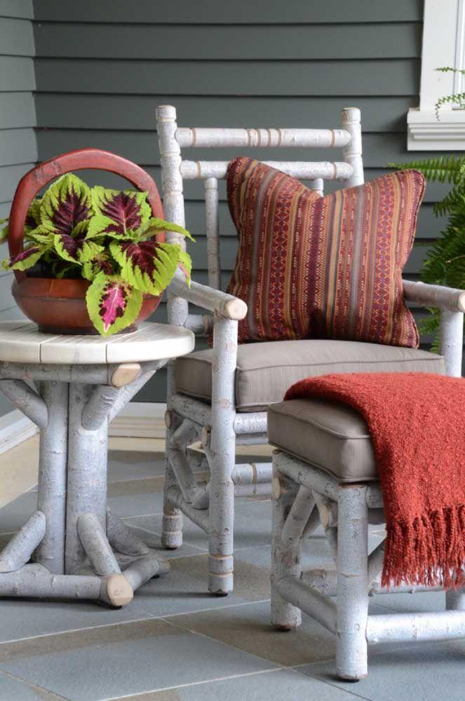 Deixe os móveis rústicos ainda mais confortáveis utilizando mantas e almofadas sobre eles