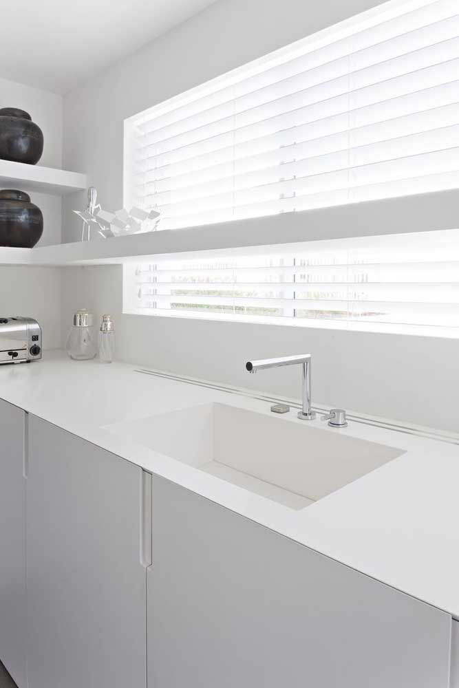 O sonho da cozinha branca passa por uma bancada lisa e uniforme, como essa feita em Corian