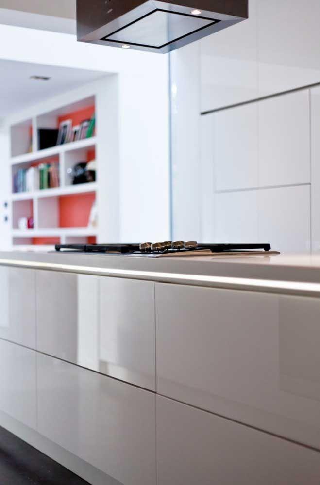 Ilha de cozinha com cooktop, uma inspiração para quem deseja inserir o Corian no projeto