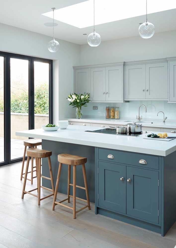Projeto clássico de cozinha finalizado com uma bancada moderna de Corian