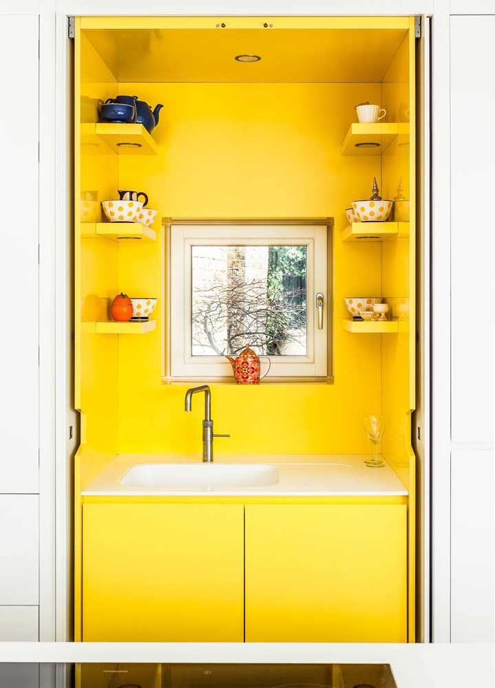 Amarelo, a cor do sol e da riqueza, é o destaque desse banheiro
