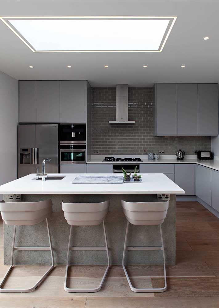 A cor cinza, moderna e jovial, foi usada em todos os cantos dessa cozinha, inclusive na bancada de Corian