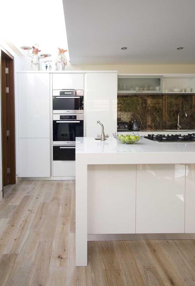 Aproveite a beleza e o custo menor do Corian branco e faça sua cozinha dos sonhos