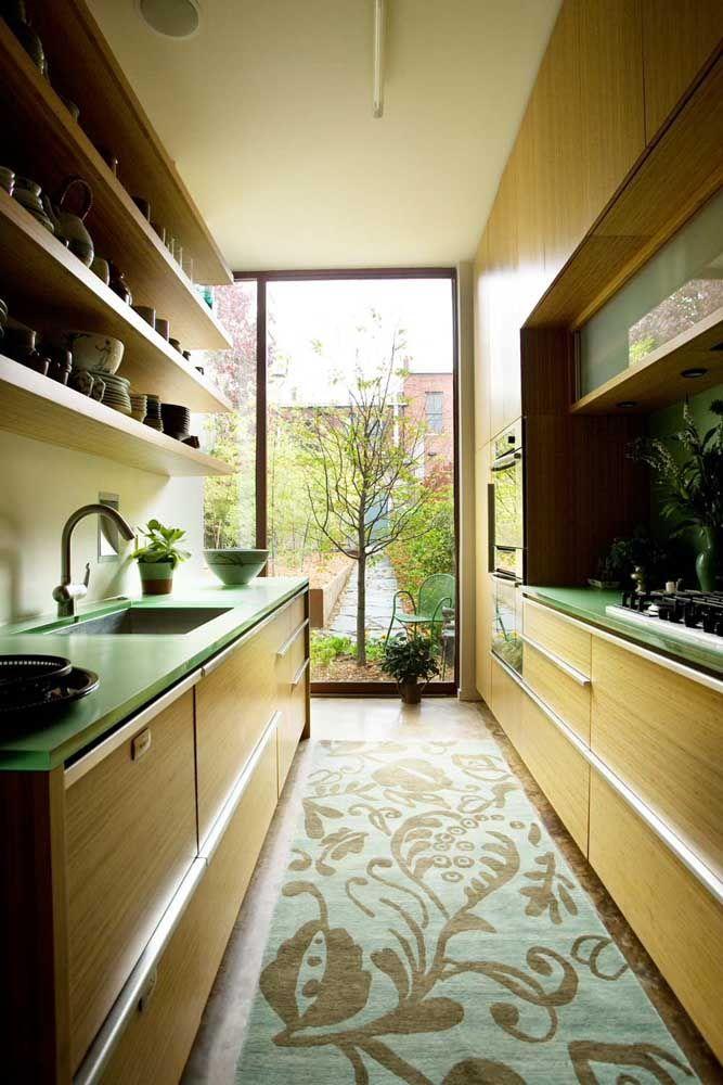 Vai uma bancada verde aí? Detalhe, os armários são em madeira para garantir o toque rústico e natural a cozinha