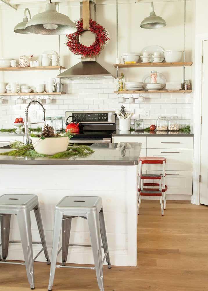 Se você gosta de cozinha branca, mas gostaria de uma bancada em outra cor pode optar pelo cinza, como essa feita em Corian
