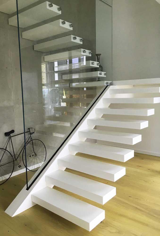Um luxo essa escada vazada feita de Corian branco