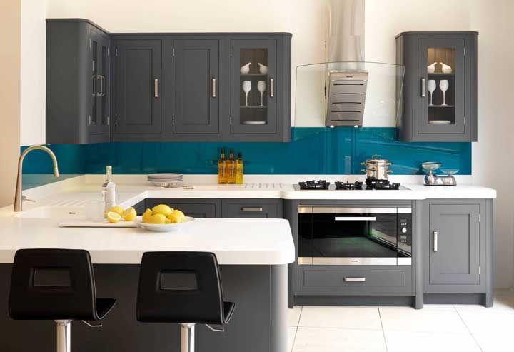Cozinha moderna nas cores, mas clássica na marcenaria