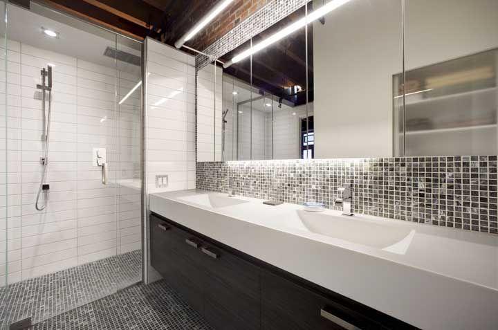 Pastilhas e Corian: que tal combinar os dois revestimentos no banheiro?
