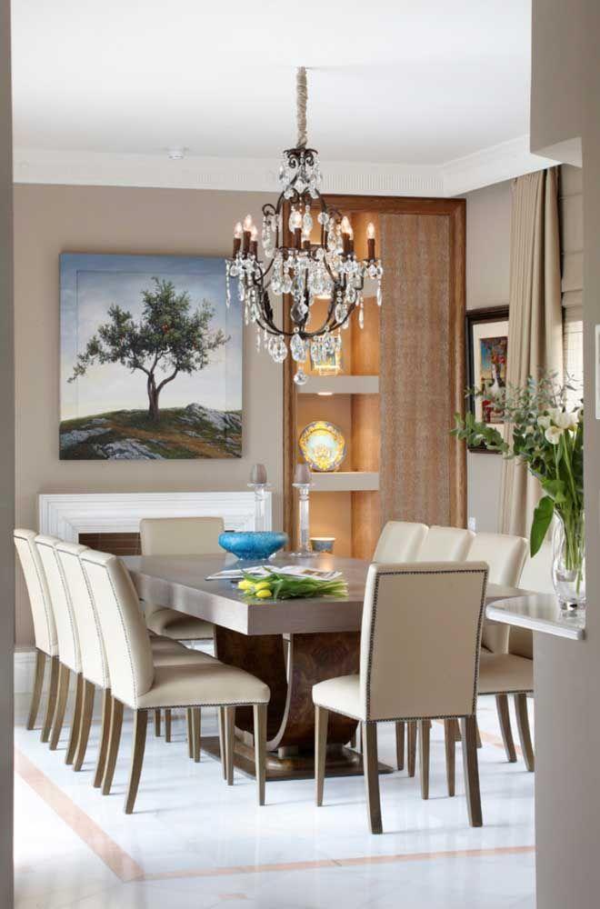 O lustre de cristal sobre a mesa de jantar é um verdadeiro clássico na decoração