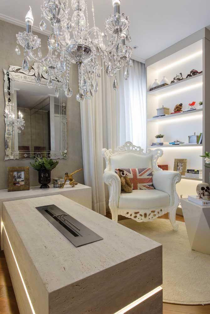Os móveis clássicos, ao estilo Luiz XVI, se harmonizam muito bem com o lustre de cristal