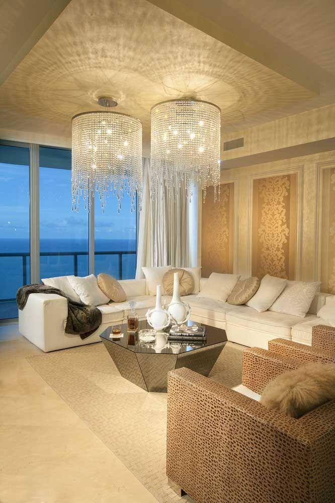 A vantagem de um ambiente grande é que você pode se beneficiar duplamente dos lustres de cristal