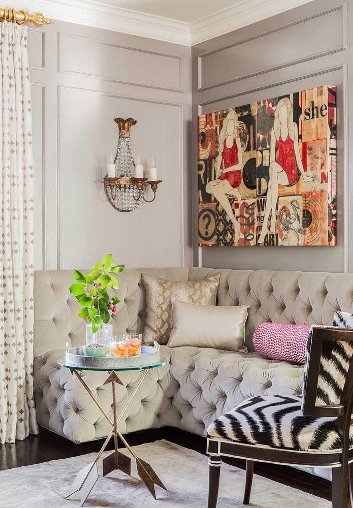 A sala de estilo retrô apostou em um modelo de lustre de cristal de parede