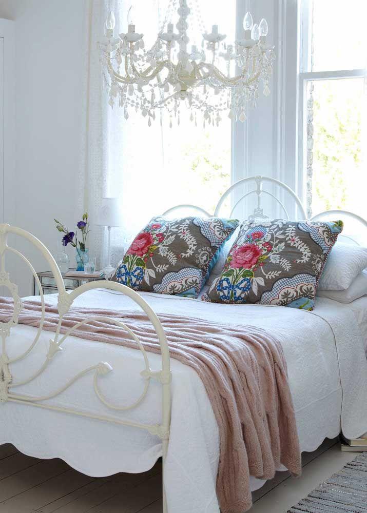 Lustre de cristal para completar a decoração romântica do quarto