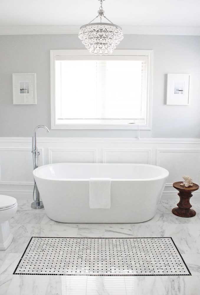 O pequeno lustre de cristal fecha a decor desse banheiro moderno e minimalista