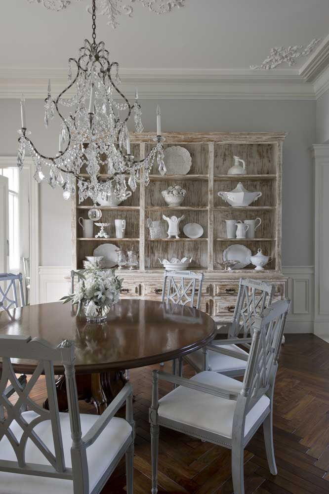 Louças brancas, boisseries e lustre de cristal: uma decoração clássica e pra lá de refinada