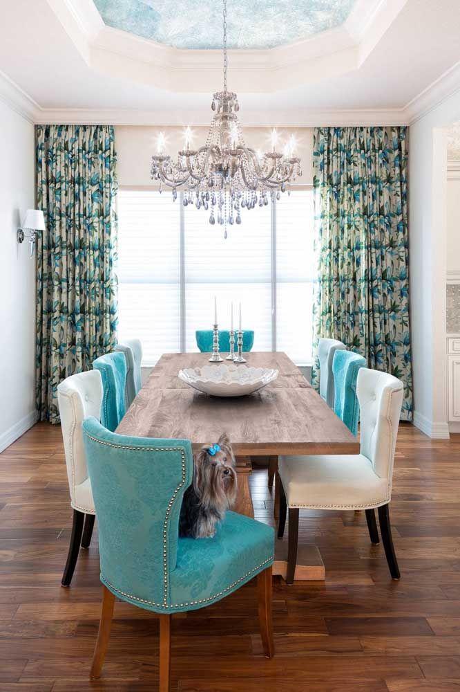 Lustre de cristal dessa sala de jantar parece refletir o tom de azul da decoração