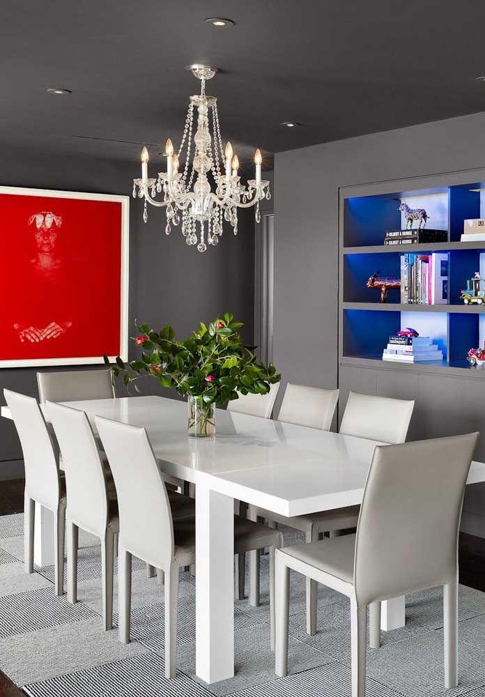 Clássica, sóbria, elegante, glamourosa...quantos outros adjetivos essa sala ganha por conta do lustre de cristal?