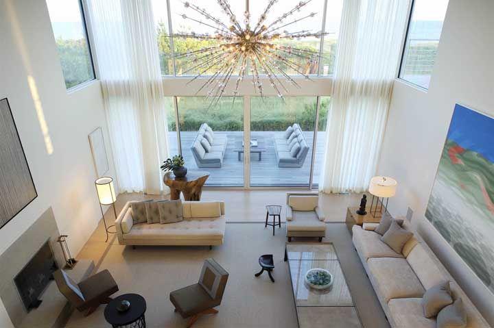 Uma sala com pé direito duplo merece um lustre imponente e destacado como esse