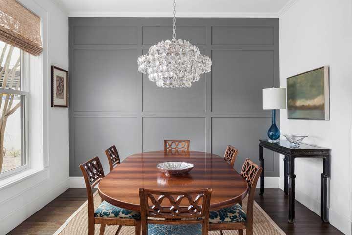Busque por um lustre de cristal com formato diferenciado para compor uma sala original