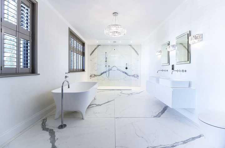 Aquele banheiro branco sempre pode ficar mais bonito, para isso invista em um lustre de cristal