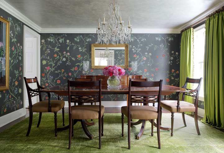 Essa sala de jantar apostou em tons marcantes, estampas e um lustre de cristal para arrematar a proposta