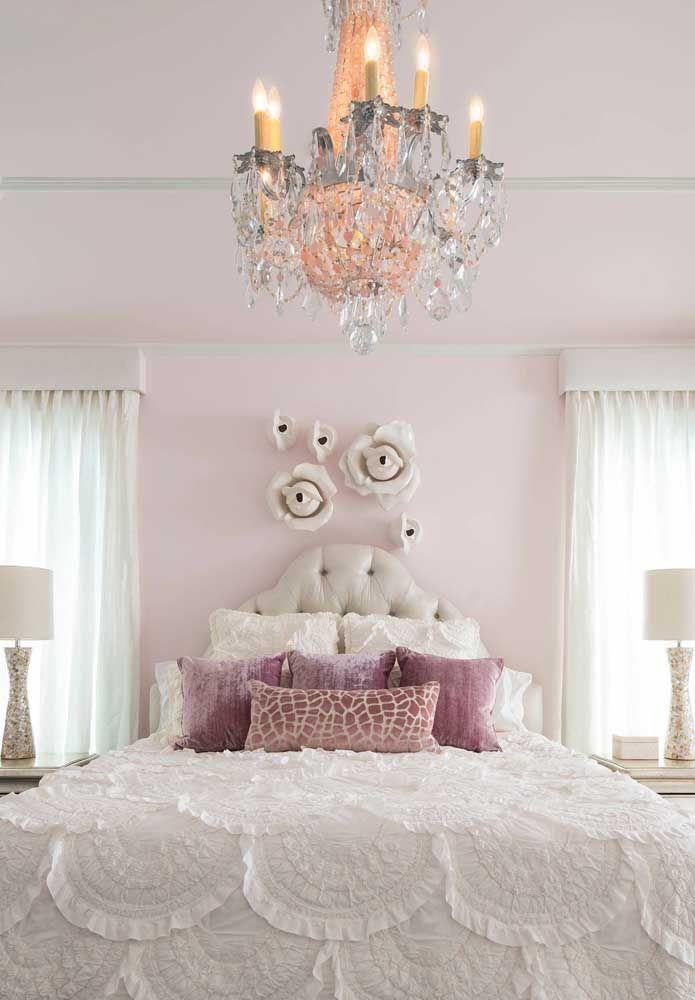 A decoração de estilo clássico desse quarto foi valorizada pelo lustre de cristal em formato candelabro
