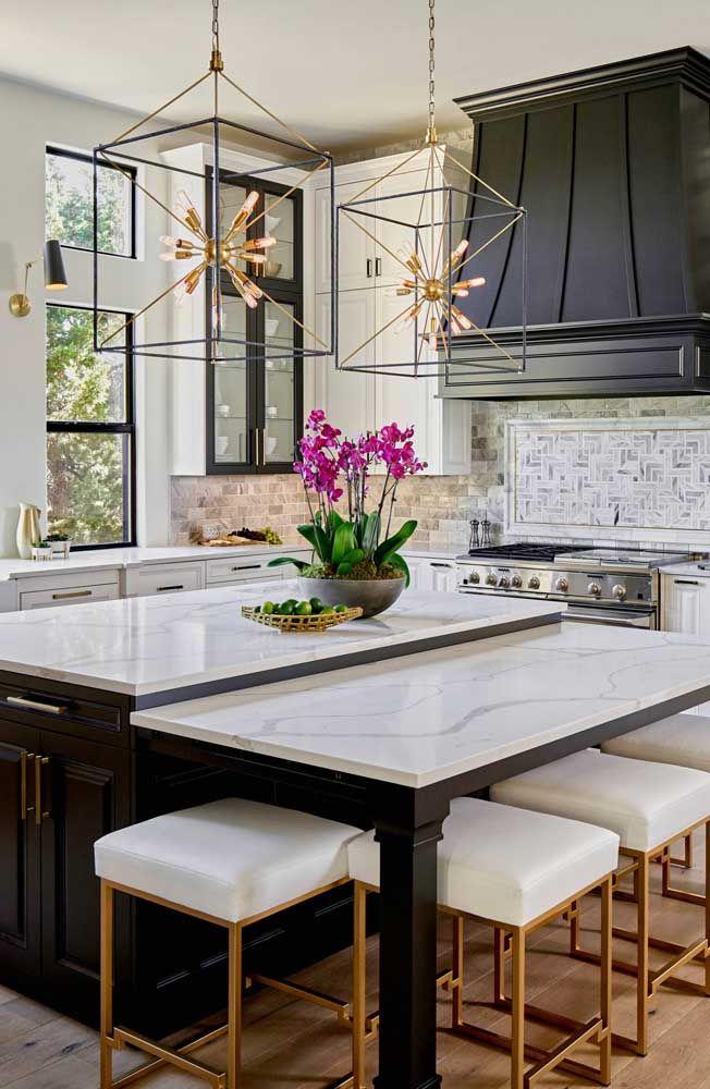 A cozinha de estilo clássico apostou em um lustre cheio de modernidade