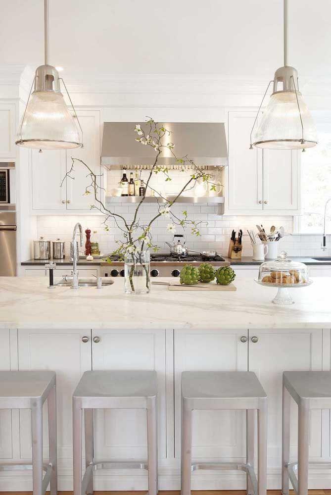Cozinhas alongadas se beneficiam da presença de mais de um lustre, assim elas ficam mais equilibradas visualmente e melhor iluminadas