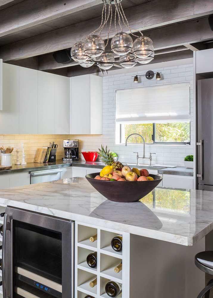 O lustre é um artigo versátil e cheio de possibilidades, aqui nessa cozinha ele se apresenta em uma mistura de clássico com moderno